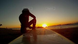 男性,海,空,太陽,サーフィン,光,人,初日の出