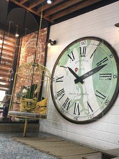 大きな時計を部屋の中心に飾っての写真・画像素材[2979004]