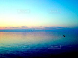 水の体に沈む夕日の写真・画像素材[1269230]