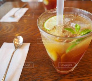 テーブルの上のガラスカップの中の飲み物のクローズアップの写真・画像素材[2277711]