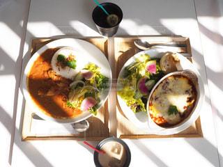 テーブルの上に座っている食べ物の束の写真・画像素材[2279869]