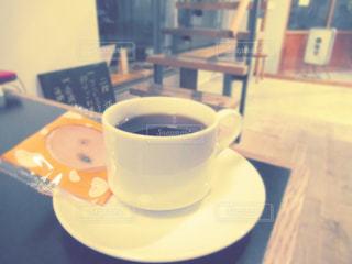 テーブルの上でコーヒーを一杯飲むの写真・画像素材[2291512]