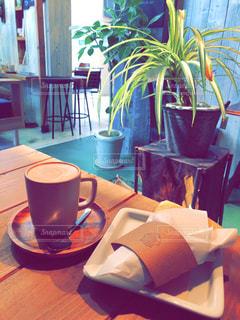 テーブルの上でコーヒーを一杯飲むの写真・画像素材[2292111]