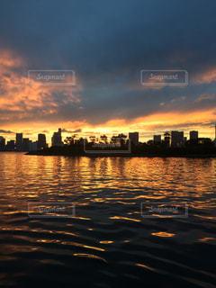水面に映る夕焼けの写真・画像素材[1974954]