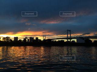 水面に映る夕焼けとレインボーブリッジの写真・画像素材[1974980]