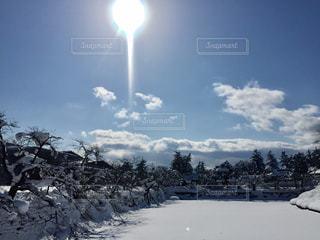 雪に覆われた斜面のクローズアップ雪国のお堀の写真・画像素材[2816160]