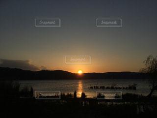 諏訪湖に沈む夕日の写真・画像素材[2817471]