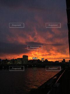都市を背景にした隅田川の夕日の写真・画像素材[2817510]