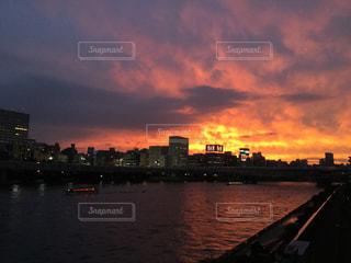 都市を背景にした隅田川の夕日の写真・画像素材[2817509]