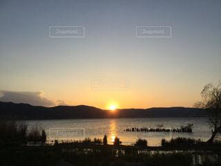 諏訪湖に沈む夕日の写真・画像素材[2817508]