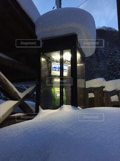 雪に埋まった公衆電話の写真・画像素材[2821264]