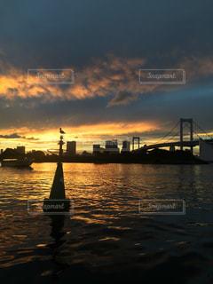 空,橋,鳥,太陽,夕暮れ,水面,光,東京湾