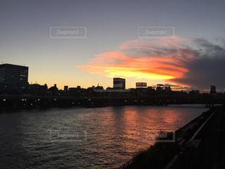 空,太陽,夕焼け,夕暮れ,川,水面,夕方,光