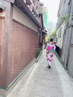 風景,建物,屋外,京都,後ろ姿,道路,人物,背中,道,人,後姿,歩道,地面,通り,履物
