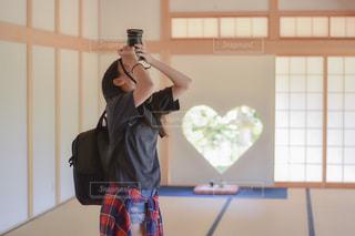建物の前に立っている人の写真・画像素材[2107008]