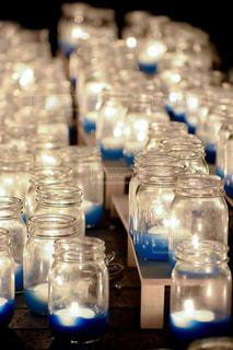 テーブルの上の水のボトルの写真・画像素材[2260747]