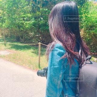 道路の脇に立っている女性の写真・画像素材[2281514]