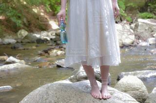 水のプールに立っている女性の写真・画像素材[2315174]
