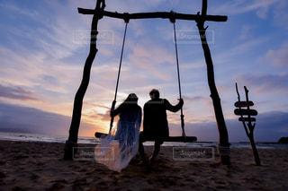 砂浜の上に立つ男の写真・画像素材[2329731]