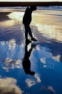 浜辺を歩く人の写真・画像素材[2329734]
