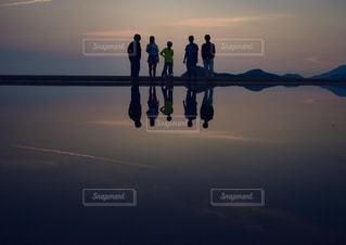 日没時のカモメの群れの写真・画像素材[2367920]