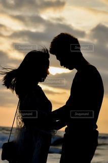 夕焼けの前に立っている人の写真・画像素材[2811199]