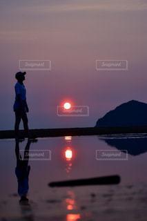女性,空,太陽,ビーチ,夕暮れ,水面,光