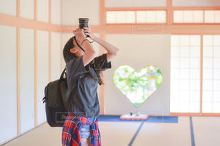 窓の前に立っている人の写真・画像素材[3381480]
