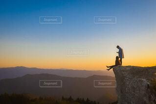 背景に夕日があるの写真・画像素材[4127025]