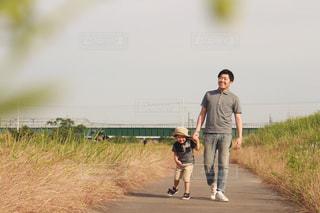 堤防をお散歩の写真・画像素材[2169013]