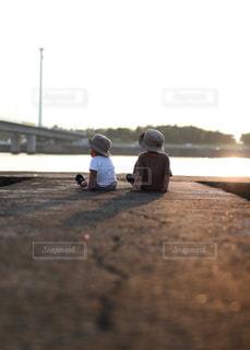 海を眺める息子達の写真・画像素材[2328604]