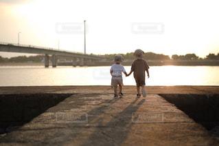 防波堤を歩く二人の写真・画像素材[2328633]