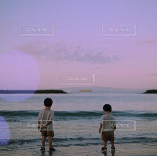兄弟の後ろ姿の写真・画像素材[2341404]