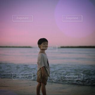 浜辺に立っている男の写真・画像素材[2341449]