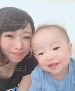 カメラのポーズをとる赤ん坊の写真・画像素材[2283041]