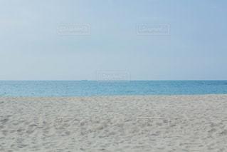 砂浜の上に立つ男の写真・画像素材[2339462]