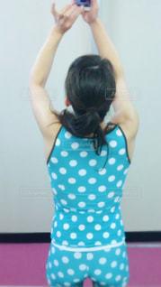 青いドレスを着た少女の写真・画像素材[2280298]