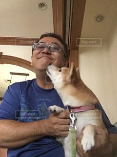 男性,犬,屋内,室内,柴犬,抱っこ,わんちゃん,包容