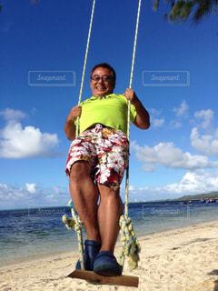 浜辺に立っている男の写真・画像素材[2097693]