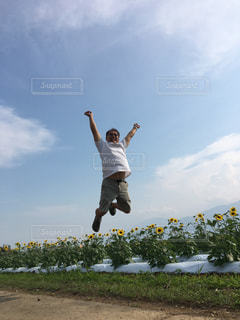 空中でジャンプする男の写真・画像素材[2118565]