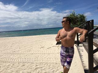 砂浜の上に立つ男の写真・画像素材[2271064]