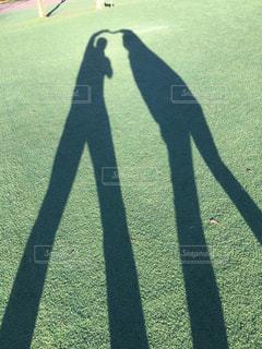 カップル,屋外,散歩,影,草,広場,レジャー,ライフスタイル,おでかけ,シャドウ,晴れた日