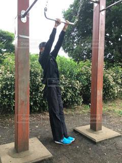 女性,公園,スポーツ,屋外,健康,運動,脚,スニーカー,トレーニング,ダイエット,鉄棒,細身,健康管理,減量,スポーツウェア