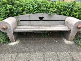 草の上に座っている木製の公園のベンチの写真・画像素材[2299799]