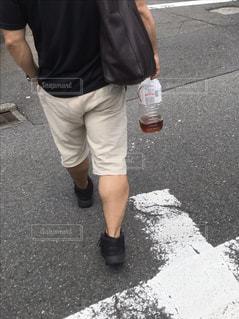 通りを歩いている男の写真・画像素材[2300798]