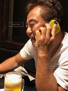 携帯電話で話している男の写真・画像素材[2305223]