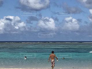 浜辺の人々のグループの写真・画像素材[2330666]