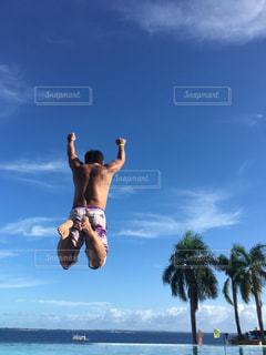 水の体の中を泳いでいる間、空を飛ぶ男の写真・画像素材[2333482]