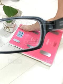 鏡で自分撮りをする人の写真・画像素材[2361561]