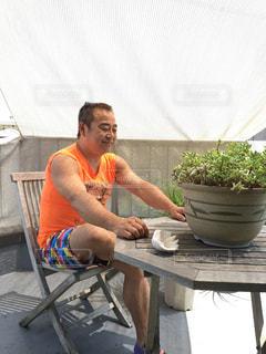 ボウルに座っている人の写真・画像素材[2368473]